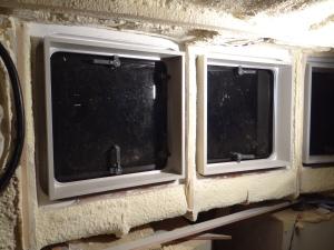 Vierkante frames om de ramen