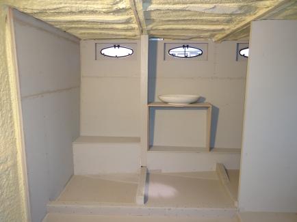 Links de douche, midden de wasbak provisorisch geplaatst.