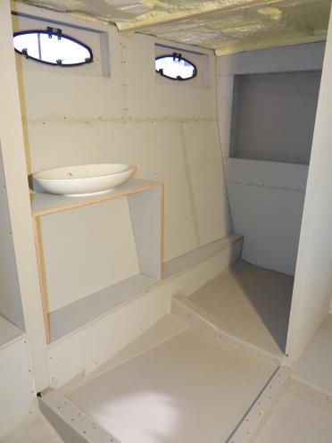Rechts komt het toilet