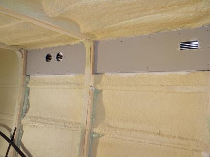 Links komt de aanvoer van verse lucht. Rechts afvoer van vochtige lucht uit de voorste badkamer.