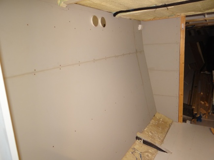 Wanden klaar, bodem en bovenkant erin, schuifdeuren ervoor en de kast nog inrichten.