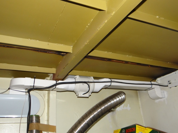 Extra stille ventilator in de motorruimte voor de afzuiging van vochtige lucht uit de douche
