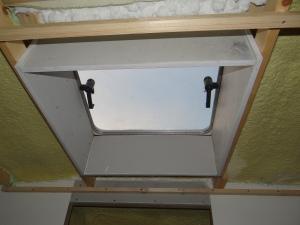 Eerst het luik afwerken voordat het plafond er in kan