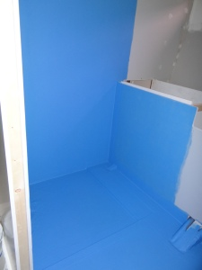 Eerst de vloer en douchewand voorzien van een waterdichte rubberen laag