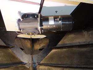 Het heeft heel wat inspanning gekost om de 40 kg electromotor op z'n plek te krijgen onder het dek.