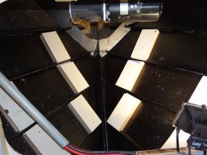 Opvullen van de ruimte tussen de spanten in de ankerbak, daarna verder bekleden met hout en glasvezel.
