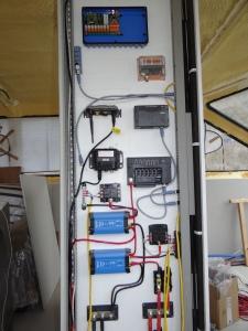 Het paneel in de keuken met 24 V apparatuur en enige NMEA2000 informatie modules