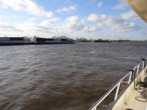 Veel containers gaan heen en weer op de rijn